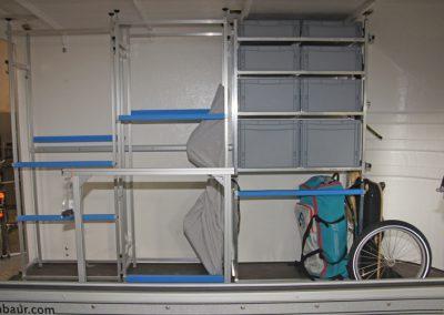 Regalsystem und Pedi-Packer Fahrradträger in einem Anhänger der Marke Humbaur REXUS.