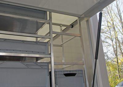 """Plywood-Kofferanhänger Type LK der Marke """"Unsinn"""". Der Anhänger hat ein lichtdurchlässiges Dach und die Stützen können nicht gegen die Decke verspannt werden."""