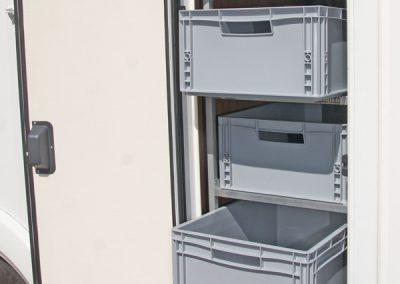 Regal mit seitlicher Entnahme der Boxen zur Türe hin