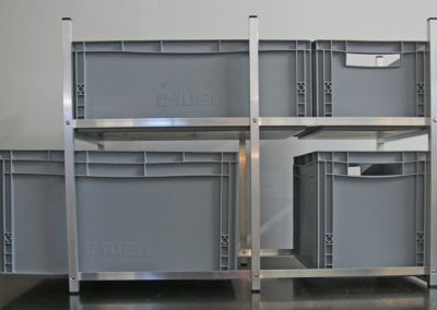 Seitenansicht vom Regal.  Die Boxen können von beiden Seiten entnommen werden. Hier eine Kombination von 60x40er und 30x40er Boxen