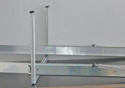 Unterflurauszug montiert, kurz vor dem Einbau. Es fehlt nur noch die Siebdruckplatte. Um den Auszug vorne durch die Öffnung zu bekommen, werden die vorderen Stützen nach hinten umgeklappt.