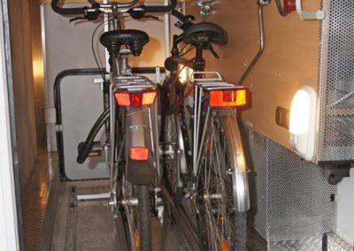 IDEA Pedi-Packer Fahrradträger Heckgarage. Bei der Standard-Variante sollte mindestens ein, besser beide Lenker gedreht werden.  Mounten-Bikes ohne Schutzblech können auch gegenläufig eingestellt werden.