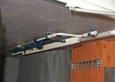 Gerätehalterschiene an der Decke montiert