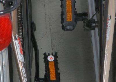 Klapp- oder Steckpedale sorgen zusätzlich für mehr Platz. Gibt es im gut sortierenten Fahrradladen.