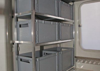 Carthago Regalsystem. Die Stützen werden am Rahmen um 6cm eingerückt um mit den Boxen über der Zurrschiene bis an der Wand zu stehen.