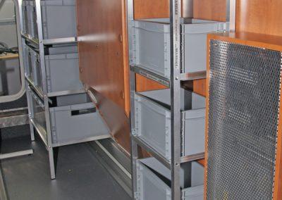 Carthago Regal im Hintergrund mit 40x30er Boxen Längs eingeschoben und vorne ein Regal mit 20x30cm Piccoloboxen Quer eingeschoben.