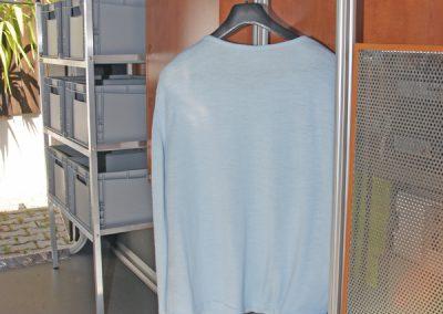 IDEA-Kleiderhaltergestell in der Nische von einem Carthago
