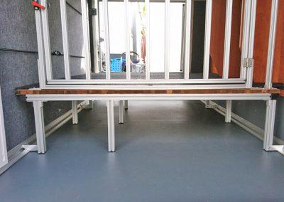 Obek Hundegittertüre mit Bodenplattform. Mit den Stützen an der Zurrschiene gesichert.
