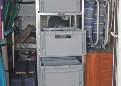 Hymer mit Regalsystem, wo die Boxen zur Türe hin ausgezogen werden