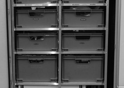 Knaus Meteor - Regal mit Auszug der Boxen zur Türe hin