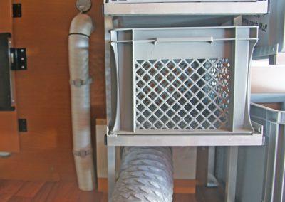 Regal um ein dickes Abluftrohr für eine Klimanalage gebaut