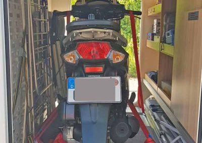 Kundeneinbau mit unserem Pedi-Packer S - Standard und dazwischen den Roller, wenn die Räder nicht dabei sind.  Knaus Sun Ti 700 MEG