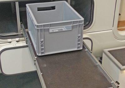 Morelo Auszug mit 100kg Lastindex.  Durch die eingelegte Siebdruckplatte ist man frei in der Wahl der Boxen und kann auch mal andere Gegenstände einstellen.