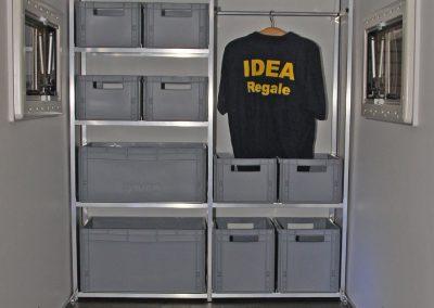 Regalsystem in einem Kofferanhänger mit Kleiderstange