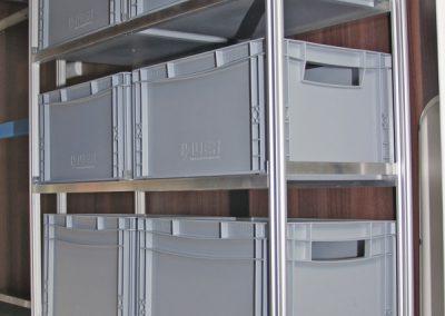 Regal mit in der höhe verstellbare Rahmen und Nutenprofilstützen mit Nutensteinen und kurzen 6mm Schrauben.