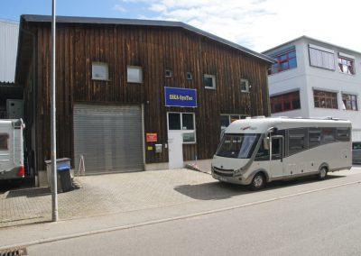 Parkplatz vor der Halle IDEA-Systec für große Wohnmobile