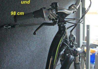 Gedrehter Lenker:  Bitte beachten Sie bei der Stauraumhöhe für den Fahrradträger, das bei gedrehtem Lenker eine Seite vom Lenker höher steht als bei einem nicht gedrehten Lenker. Stellen Sie Ihr Fahrrad so in die Heckgarage, wie er beim Pedi-Packer später stehen soll und ermitteln Sie Ihren Platzbedarf.