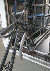 Laufrad entfernen, In das Schiebesystem einsetzten und das Rad hinten hoch heben und in die Garage schieben.