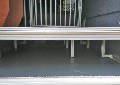Obek Hundegittertüre. Darunter wurde ein zweiter Boden montiert.