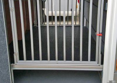 Obek Hundegittertüre, darunter ist noch Platz für Boxen oder Campingmöbel.