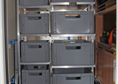Hymer VAN 374 Regal mit Boxenauszug zur Türe hin