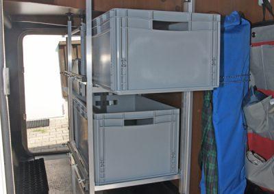 Laika - die Boxen werden seitlich in Richtung Türe hin ausgezogen