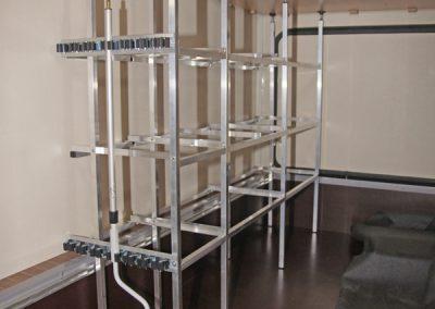 Hier sieht man schön unsere am Rahmen eingerückten Stützen und die Gerätehalterschienen am Regal.