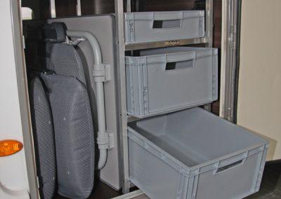 Bürstner Nexxo Regal mit Entnahmen der Boxen zur Türe hin.