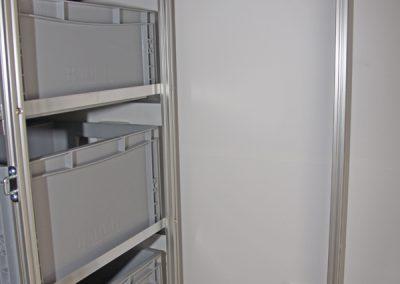 Adria Coral SL 670 Querabstützung am Regal und daneben ein Halter für Besen und sonstige Teile