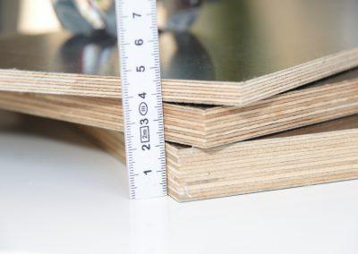 Siebdruckplatten gibt es in unterschiedlichen Stärken. Wir verwenden immer die 12mm. - Wetterbeständige Verleimung - Mehrschichtig verleimt - Universell einsetzbar - zwei unterschiedlich strukturierte Oberflächen eine glatte und eine raue Seite