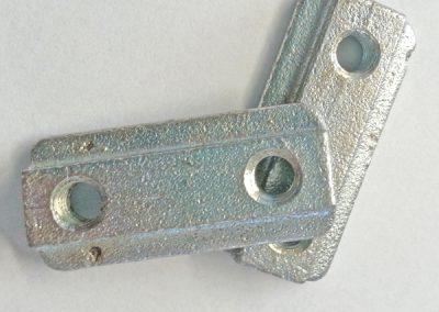 Gleitstein KERLI für Airline-Schienen mit Bohrung ø20 und Raster 25 mm oder 25,4 mm. Nutenstein für die Airlineschiene, mit zwei Innengewinden der Größe M6, dient zur Befestigung von z.B.  Gegenständen. Länge 50 mm, Breite 18 mm, Stärke 6 mm, Gewindeabstand 25 mm, M6 Gewinde, Stahl verzinkt