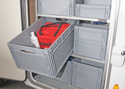 Bürstner Ixeo Time - Die Boxen werden seitlich zur Türe hin entnommen