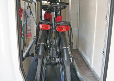 Chausson 620 - Der Kunde hat keinen passenden Fahrradträger für seine Heckgarage gefunden. Mit einem speziellen PP-MT kann er nun seine Räder bequem einstellen und sichern.