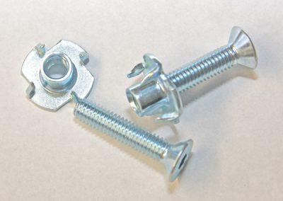 Einschlagmutter zur Befestigung von Auszügen am Holzboden.     Geeignet für den Holz- oder Kunststoffbau -    Mit Hammer einschlagbar -  Sorgt für festen Halt