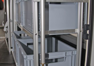 Hymer ML-T 580 Regalsystem. Durch die leicht schräge Rückwand wurde der untere Boden 6 cm nach vorne eingerückt. Bei den oberen Rahmen wurden die Stützen am Rahmen um 6cm eingerückt.