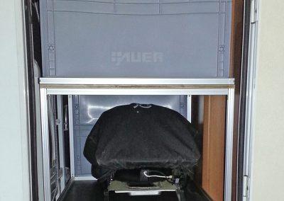 Kundeneinbau - Auf den Bodenauszug wurde ein Brett und darauf ein Regal montiert.