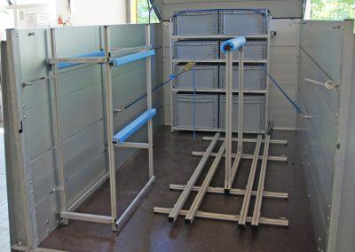 mit Klappdeckel, die Stützen werden an den Zurrleisten montiert.