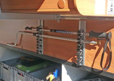 Gerätehalter für Besen, Markisenstangen und Nordic Stöcke an der Wand montiert