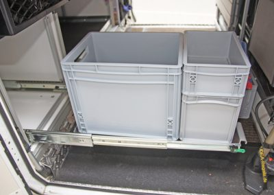 Kleiner 60cm langer Unterflurauszug in der Heckgarage. Es passen 40x30cm Boxen in Kombination mit 20x30cm Boxen.