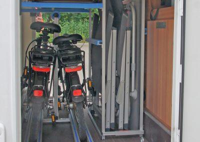 VCT Regal,  Fahrradträger Pedi-Packer und Auflage darüber.