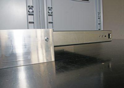 Boden Auszug mit Überhang. Der 120cm lange Vollauszug wird nur mit 80cm auf den Bodenwinkel montiert und so kommt man noch über eine Sockelkante in einem Kastenwagen.