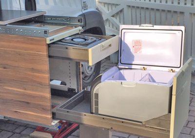 Kocher und Kühlbox auf eine Auszug