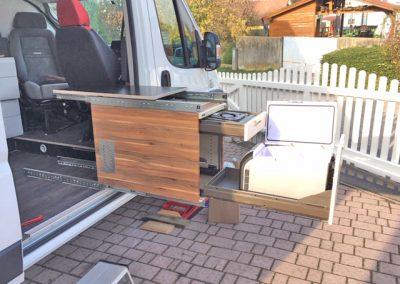 Der umgenaute Küchenkontainer läßt sich aus dem Kastenwagen ausziehen